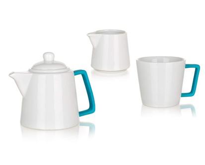 BANQUET 3 Dílná čajová sada konvička 700ml, hrnek 300ml a mléčenka 140ml COLOR PLUS BLUE 60338006B Technické parametry produktu: Objem (ml): 700, 300, 140 Počet ks v sadě: 3 Materiál: Keramika, Silikon Barva: Bílá, modrá