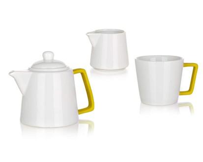 BANQUET 3 Dílná čajová sada konvička 700ml, hrnek 300ml a mléčenka 140ml COLOR PLUS YELLOW 6033800 Technické parametry produktu: Objem (ml): 700, 300, 140 Počet ks v sadě: 3 Materiál: Keramika, Silikon Barva: Bílá, modrá